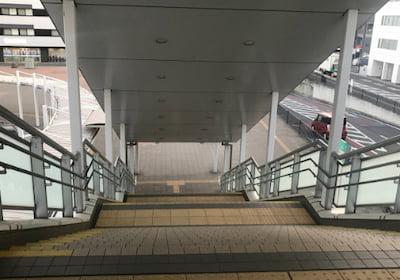 西口デッキ階段